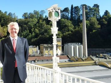 Alberto Frausin, AD di Carlsberg Italia, con alle spalle lo stabilimento di Induno Olona